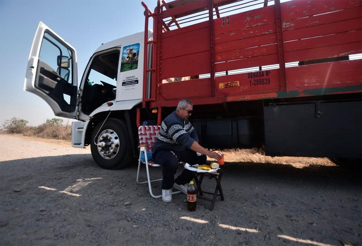 camionero-desde-hace-mes-no-lo-dejan-ingresar-pueblo-miedo-al-coronavirus-851839-163456
