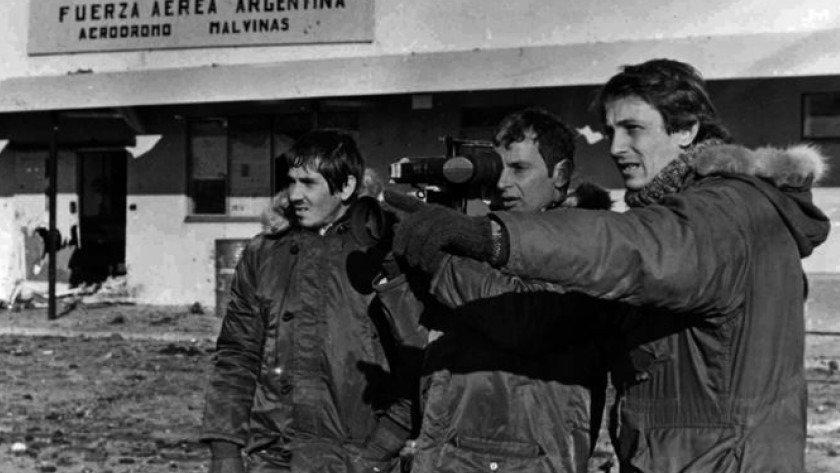Camarógrafo Alfredo Lámela y el ayudante Marcos Novo, 1 de mayo del 82, primer bombardeo inglés a la base aérea Malvinas. Nicolás Kasanzew.